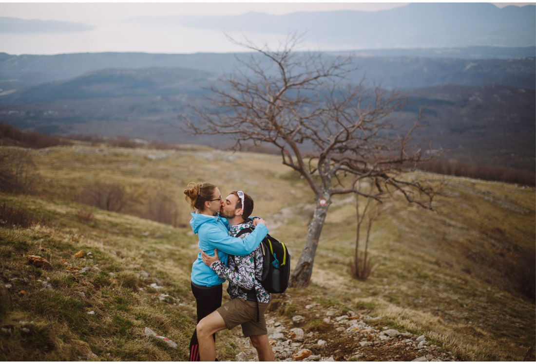 hiking session kiss
