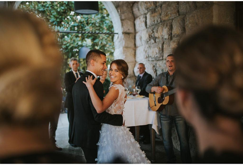 mladenci plesu na vjencanju