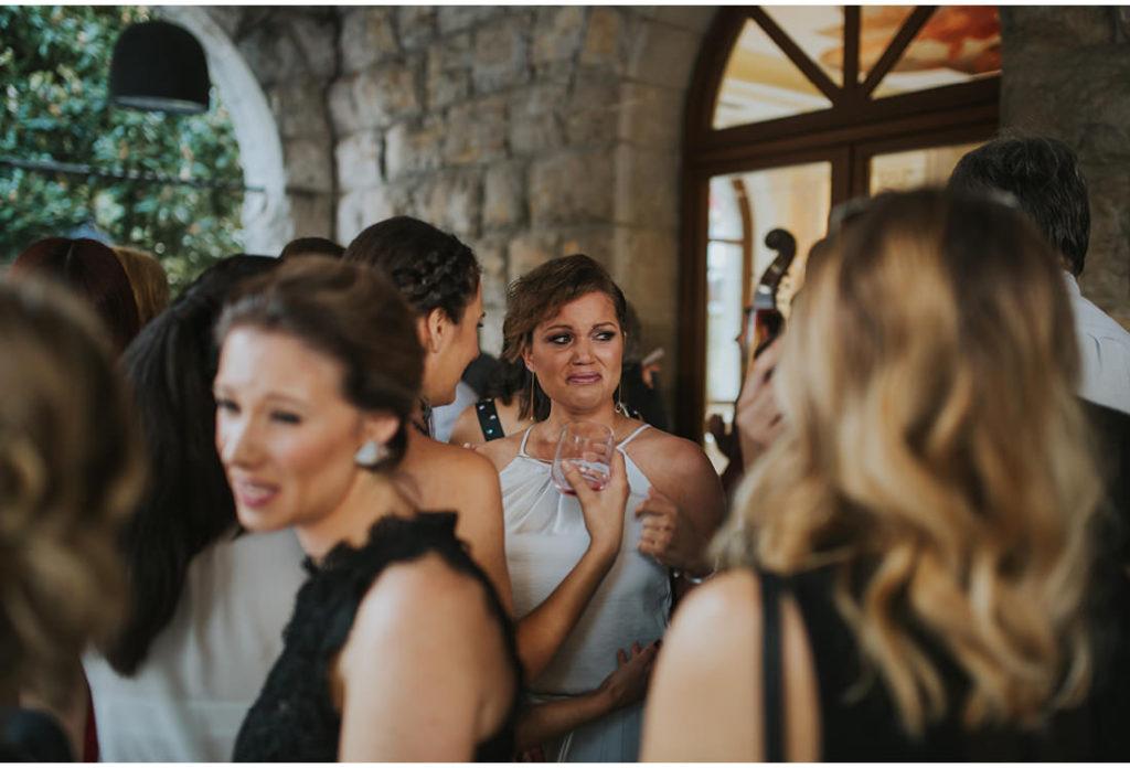 djevojka place na vjencanju
