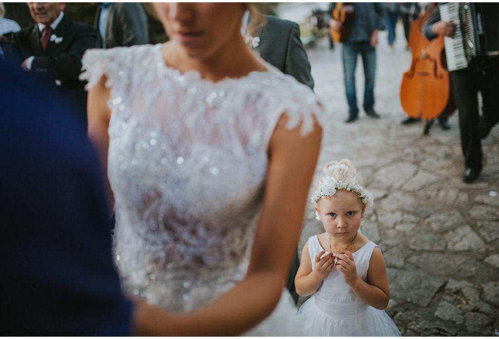 djevojcica nosi prstenje