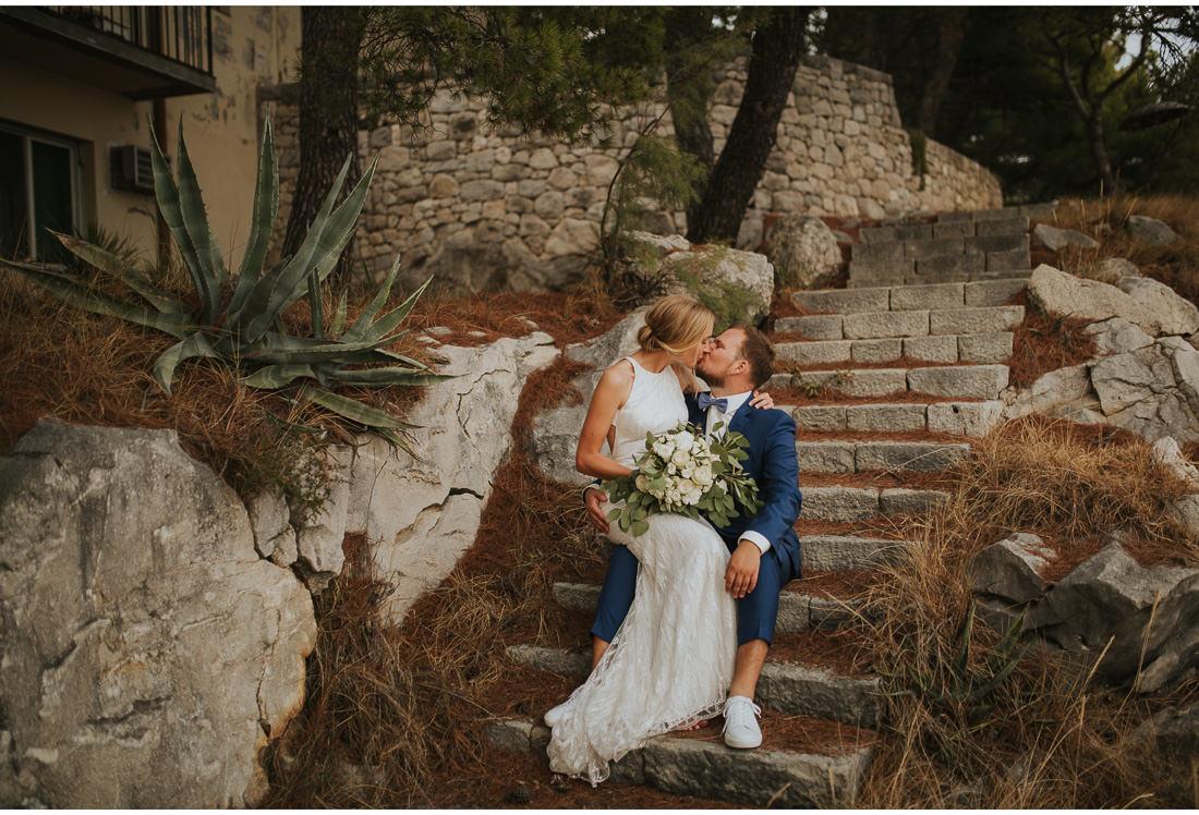 bride and groom kiss at villa dalmacija wedding